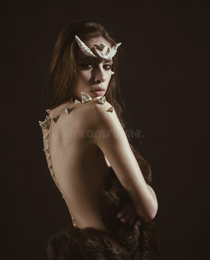 Mädchen mit Fantasieart bilden Frau mit den Dornen auf hinteren Schultern sieht wie Fantasiegeschöpf aus Halloween-Ideen lizenzfreie stockfotos