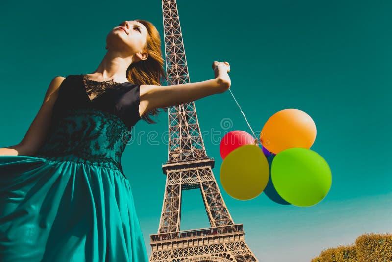 Mädchen mit Farbballonen in Paris lizenzfreie stockbilder