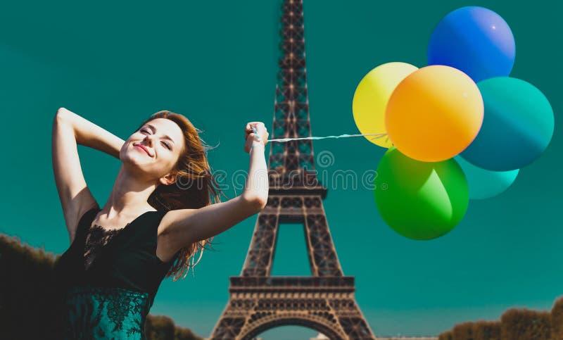 Mädchen mit Farbballonen in Paris stockfotografie