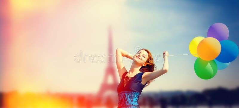 Mädchen mit Farbballonen in Paris stockfoto