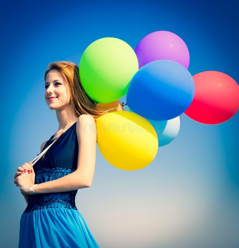 Mädchen mit Farbe Hinauftreiben von Aktienkursen am Hintergrund des blauen Himmels stockfotos