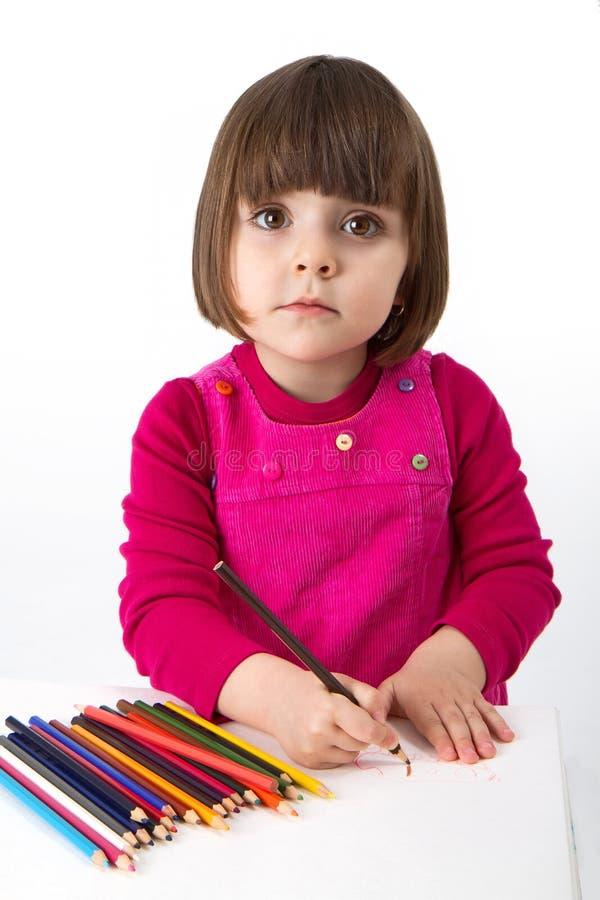 Mädchen mit farbigen Bleistiften stockbild