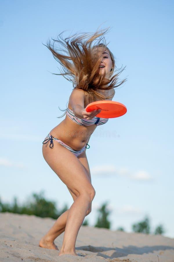 Mädchen mit Frisbee stockbilder
