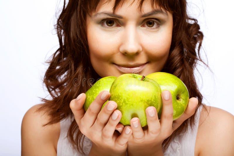 Mädchen mit frischen drei grünen Äpfeln lizenzfreie stockfotos