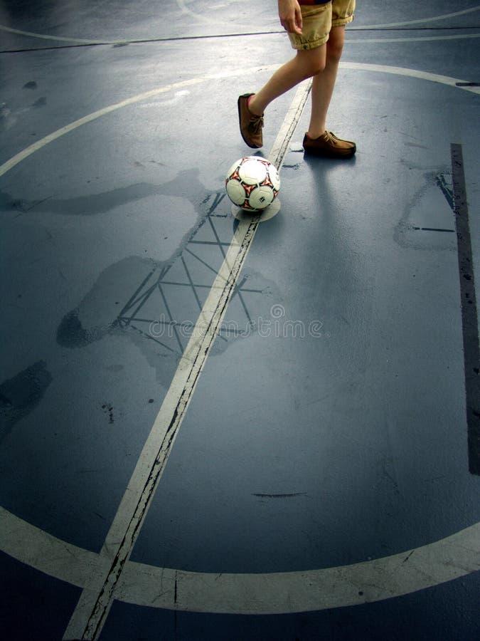 Mädchen mit Fußball stockfotos