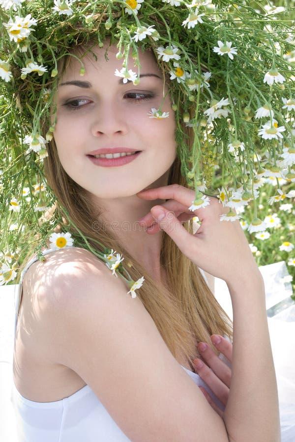 Mädchen mit Gänseblümchenkrone stockbild