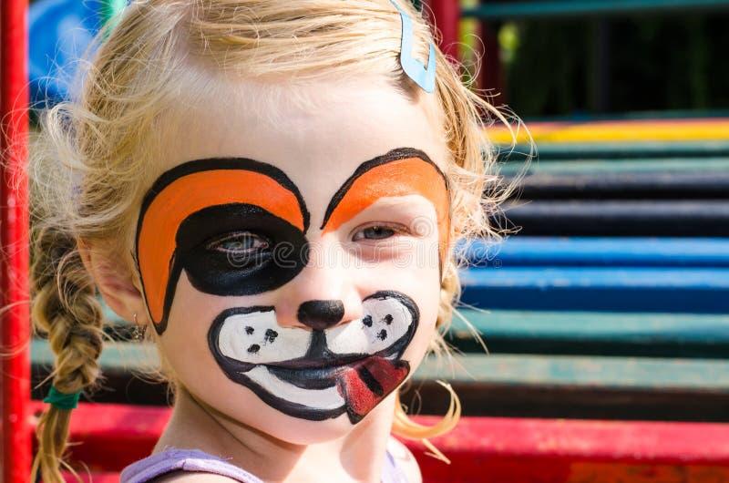 Mädchen mit Gesichtsmalerei lizenzfreie stockfotos