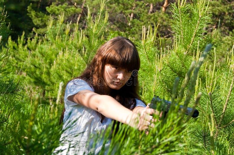 Mädchen mit Gewehr lizenzfreie stockbilder