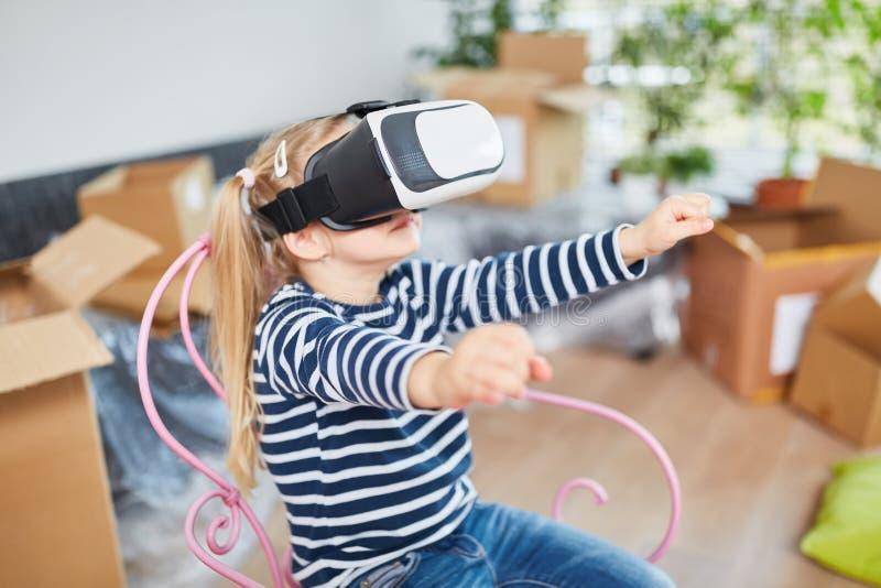 Mädchen mit Gläsern der virtuellen Realität lizenzfreie stockfotos