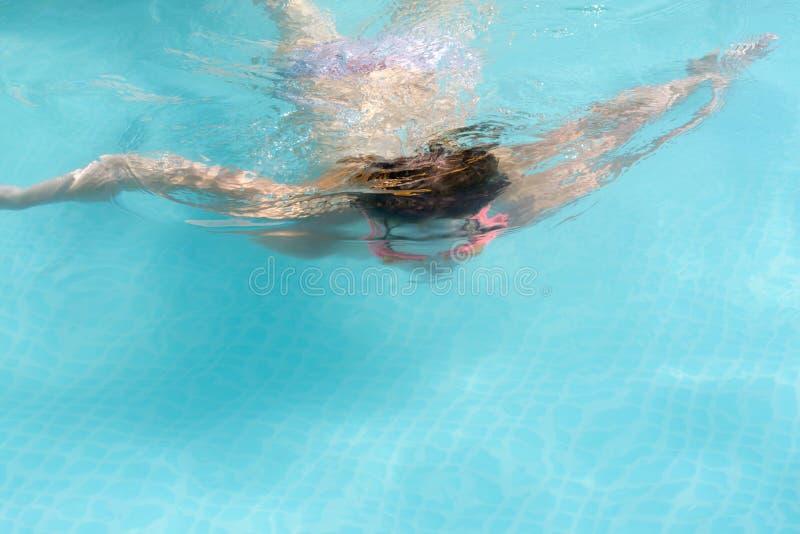 Mädchen mit Gläsern für das Schwimmen lizenzfreies stockbild