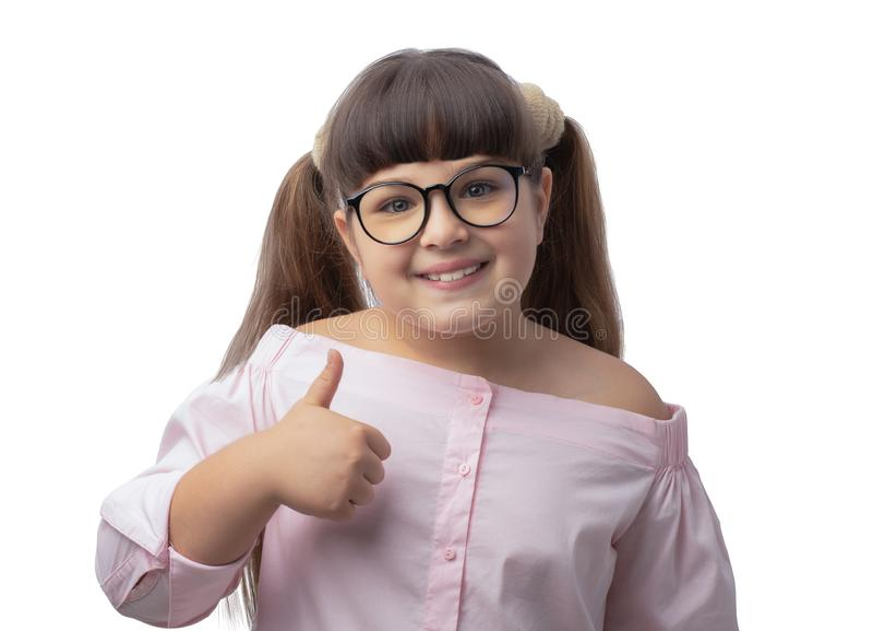 Mädchen mit Gläsern zeigt Klasse Studentenrosahemd lizenzfreies stockbild