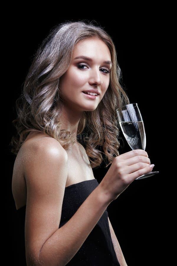 Mädchen mit Glas Champagner in der Hand Schöne junge Frau mit Schein-Gesichtsmake-up der Mode glänzendem stockfotografie