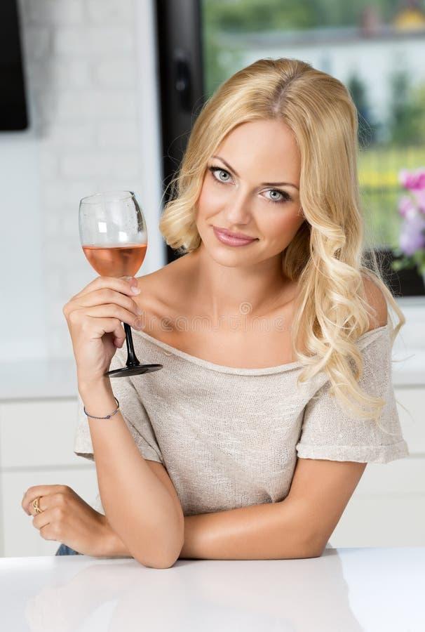 Mädchen mit Glas Weinaufstellung lizenzfreies stockfoto