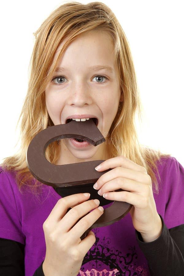 Mädchen mit großem Schokoladenzeichen lizenzfreie stockfotografie