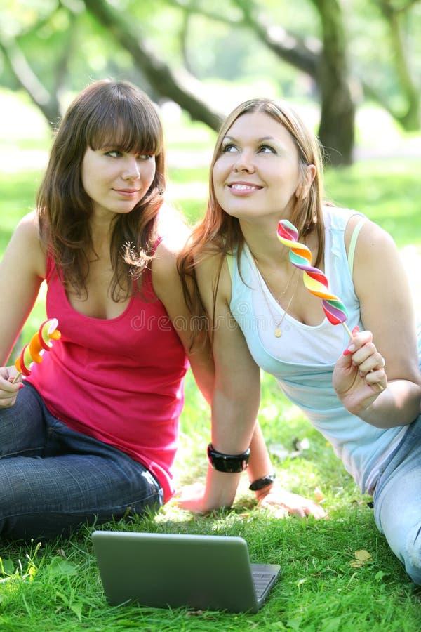Mädchen mit großen Lutschern lizenzfreie stockfotos