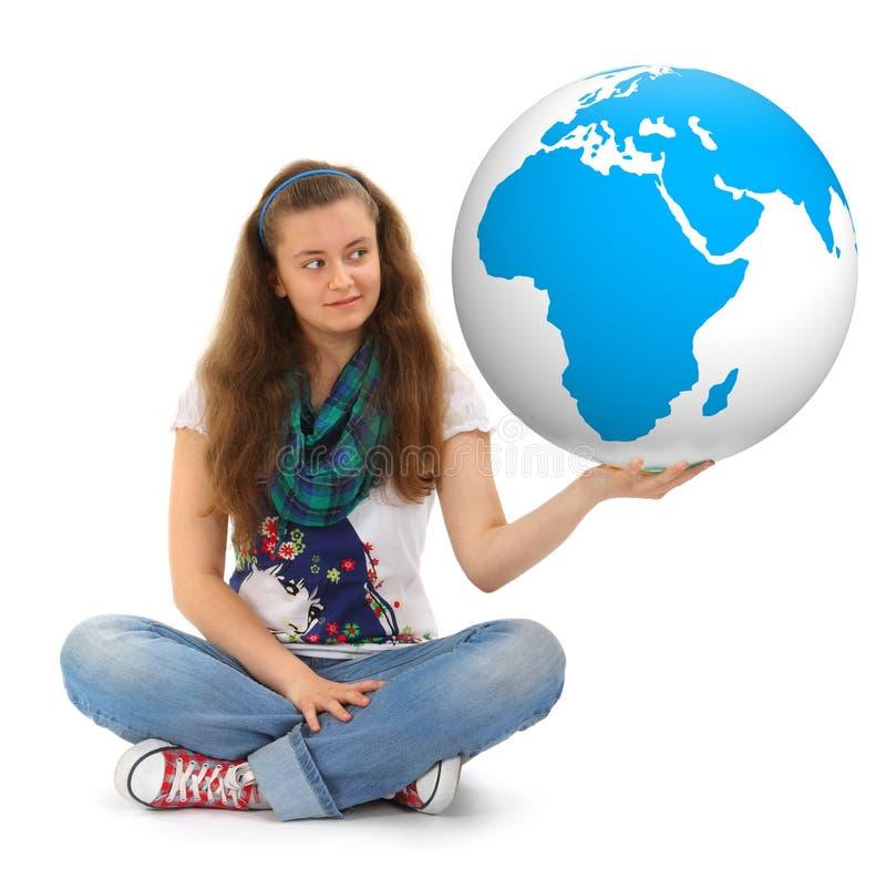 Mädchen mit großer Weltkugel stockfotos