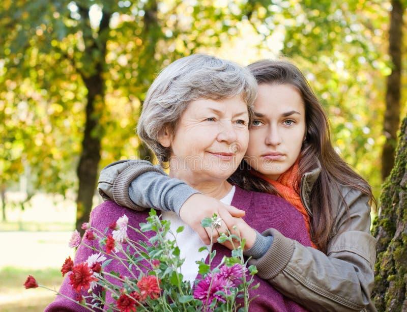 Mädchen mit Großmutter lizenzfreies stockfoto