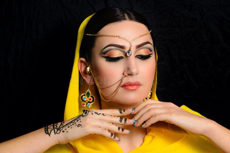 Mädchen mit hellem Make-up in den indischen Sari lizenzfreie stockfotografie
