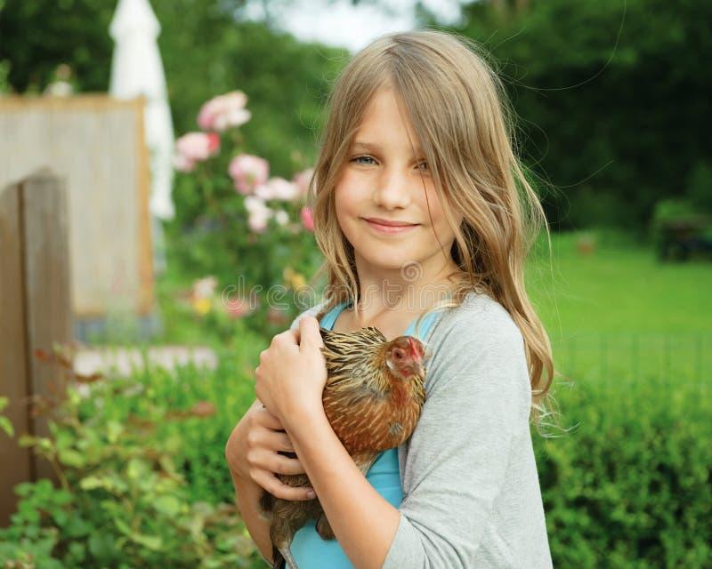 Mädchen mit Henne lizenzfreie stockfotografie