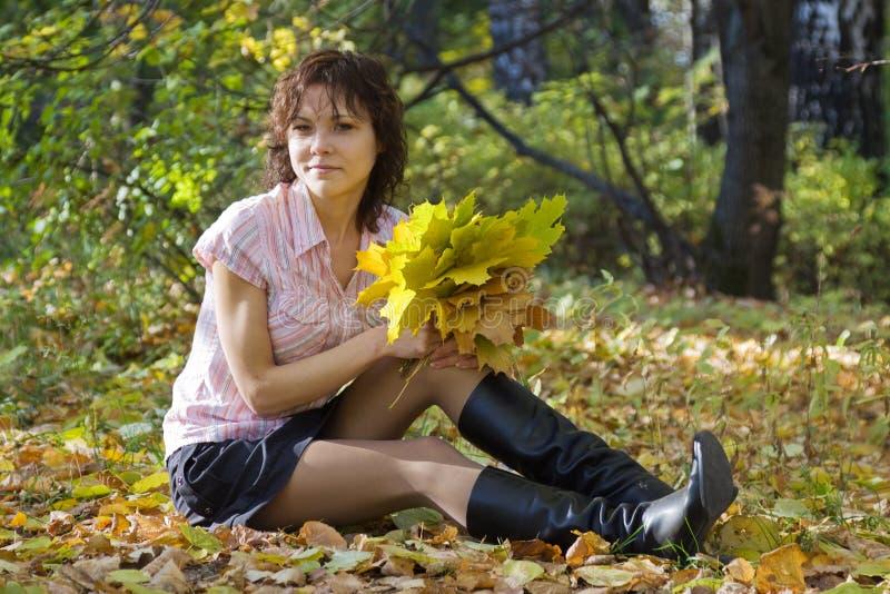 Mädchen mit Herbstblumenstrauß im Park lizenzfreie stockfotografie