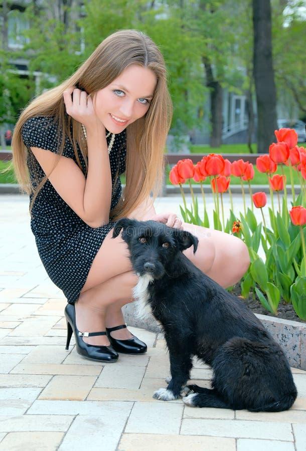 Mädchen mit Hund lizenzfreie stockbilder