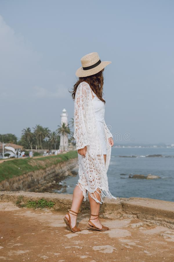 Mädchen mit Hut auf dem Hintergrund des Ozeans lizenzfreie stockfotos