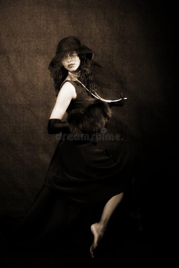 Mädchen mit Hut gegen lizenzfreie stockbilder