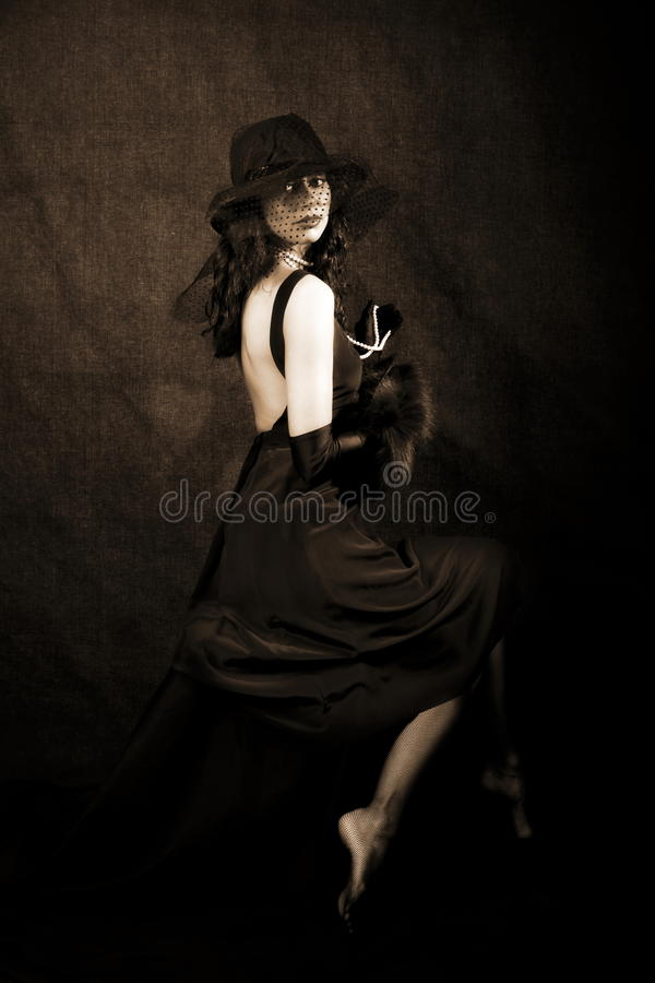Mädchen mit Hut gegen Schwarzes stockbilder