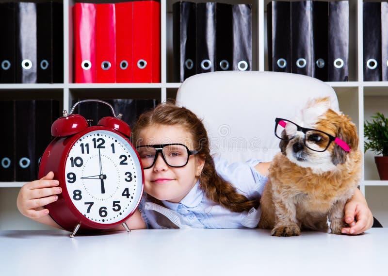 Mädchen mit ihrem Hund und einer Uhr stockfoto