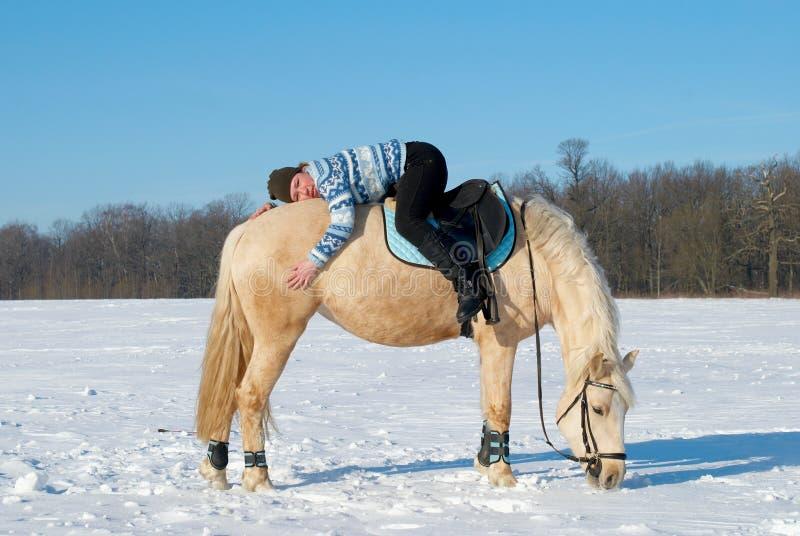 Mädchen mit ihrem Pferd stockfoto