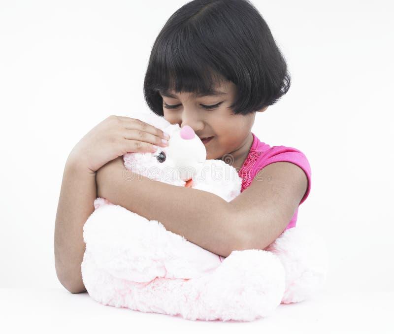 Mädchen mit ihrem rosafarbenen Teddybären stockfoto