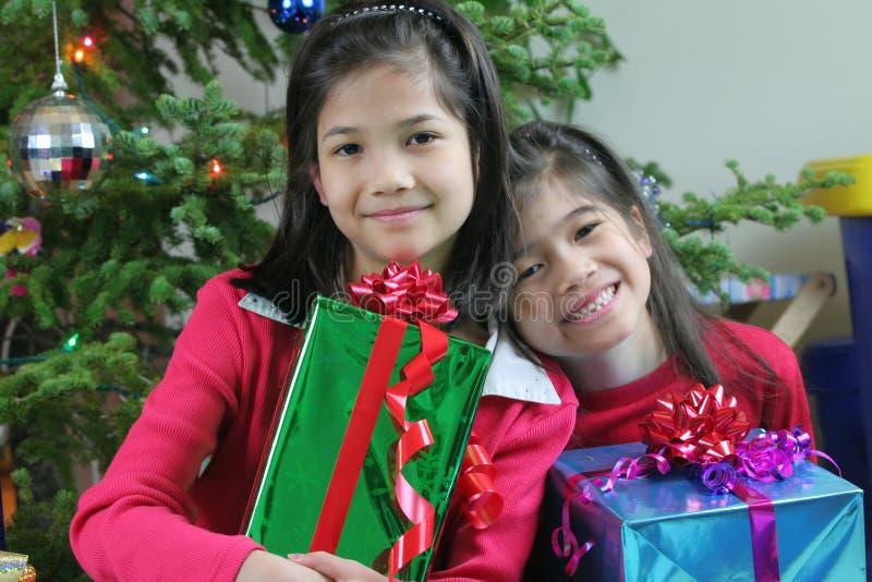 Mädchen mit ihren Geschenken lizenzfreie stockfotografie