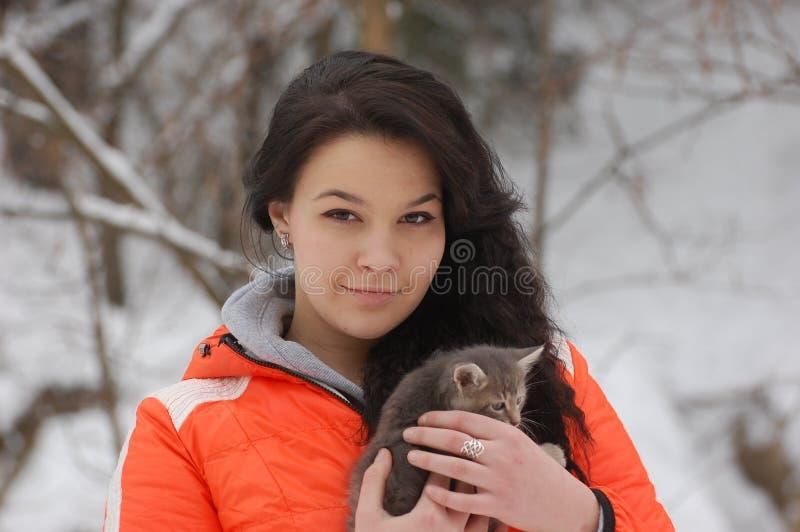 Mädchen mit ihrer Katze stockbild