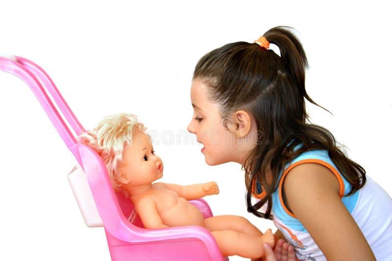 Mädchen mit ihrer Puppe lizenzfreies stockfoto