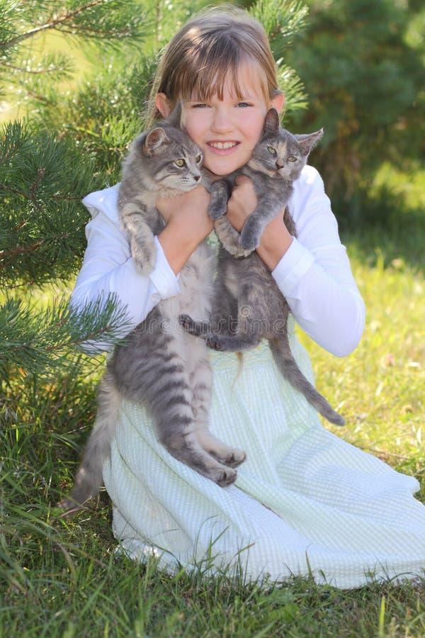 Mädchen mit Kätzchen stockfotos
