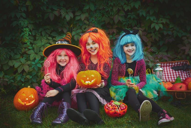 Mädchen mit Kürbisen und Bonbons stockfoto
