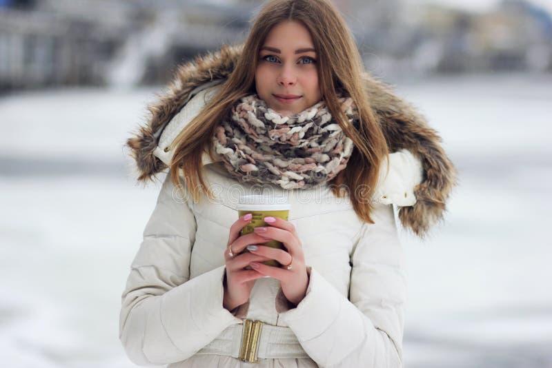 Mädchen mit Kaffee stockfotos