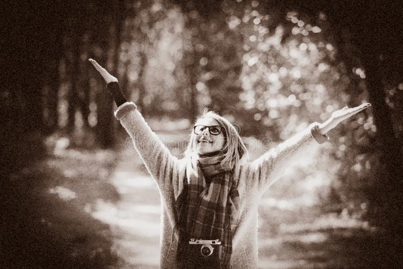 Mädchen mit Kamera in einem Herbstpark stockfotografie