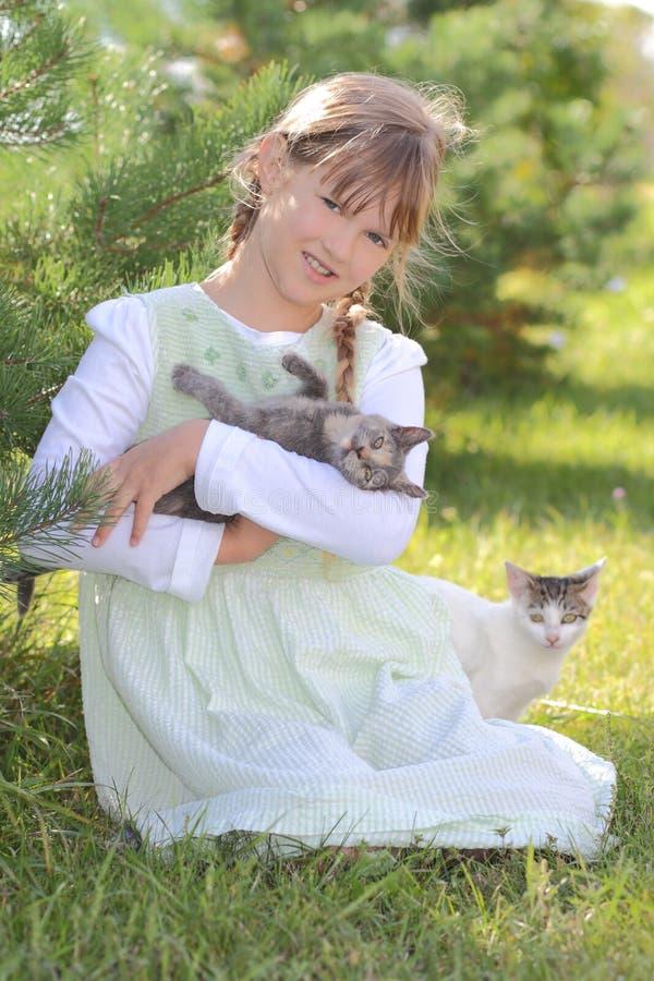 Mädchen mit Katzen lizenzfreie stockbilder
