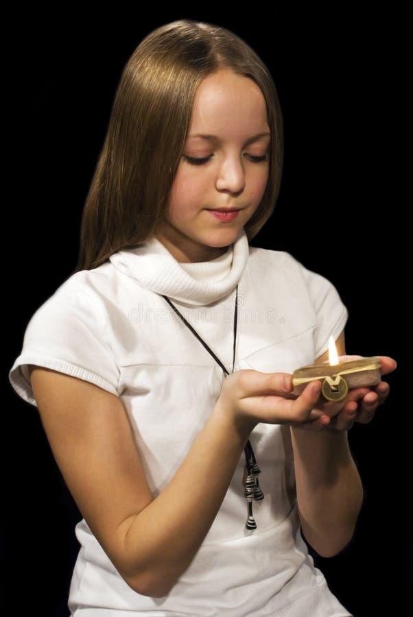Mädchen mit Kerze lizenzfreies stockfoto