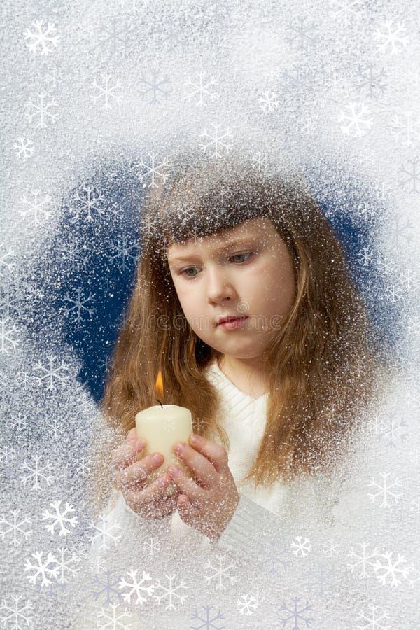 Mädchen mit Kerze stockbild