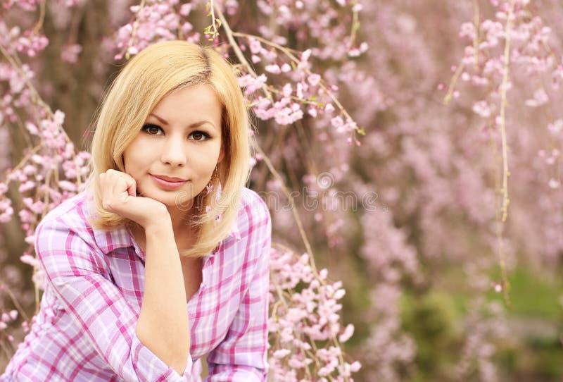 Mädchen mit Kirschblüte Schöne junge Frau lizenzfreies stockbild