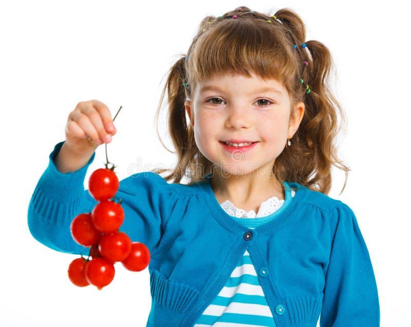 Mädchen mit Kirschtomaten stockbild