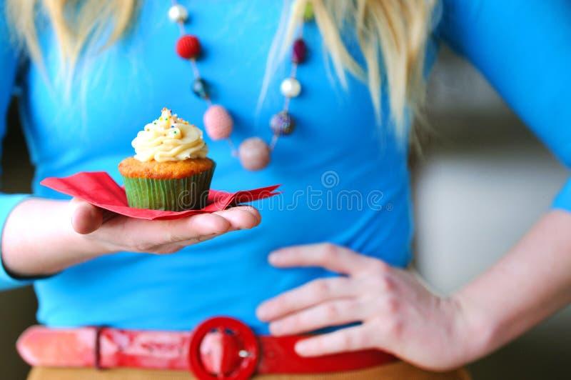 Mädchen mit kleinem Kuchen lizenzfreie stockfotos