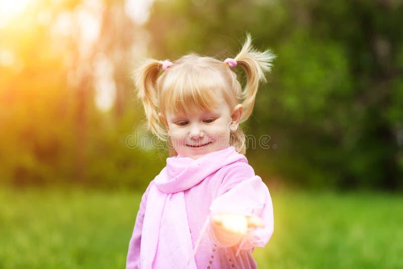 Mädchen mit kleinem Licht in der Hand stockbild