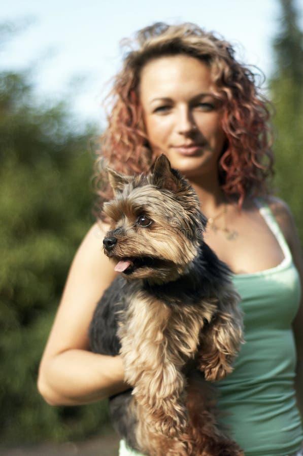 Mädchen mit kleiner Hundehaustier lizenzfreie stockfotos