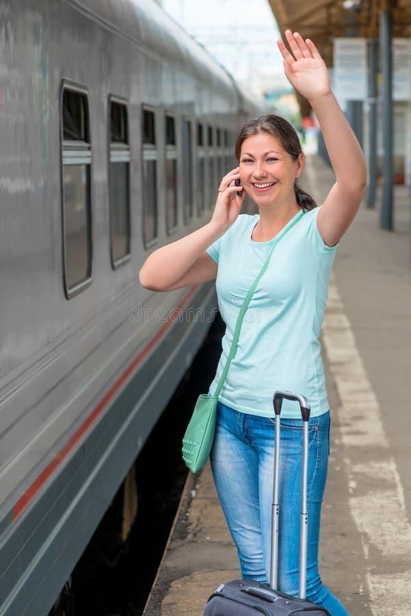 Mädchen mit Koffer sprechend am Telefon stockbilder