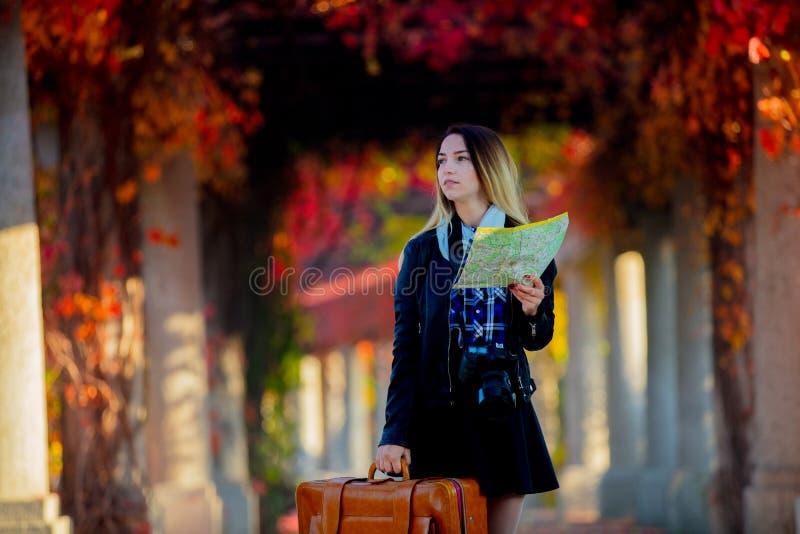 Mädchen mit Koffer und Karte in der Gasse der roten Trauben stockfoto