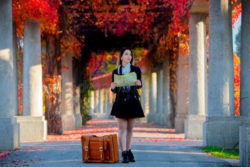 Mädchen mit Koffer und Karte in der Gasse der roten Trauben lizenzfreies stockbild