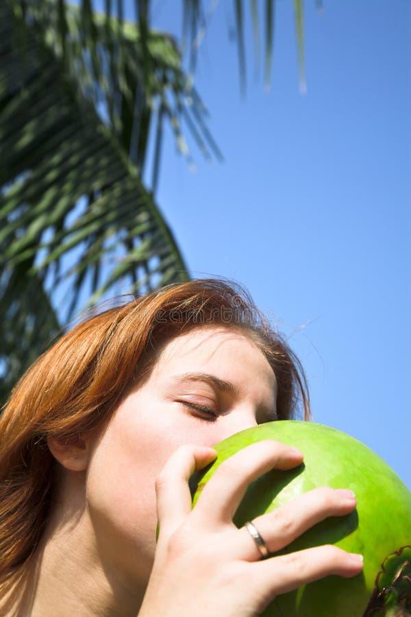 Mädchen mit Kokosnuss lizenzfreies stockbild